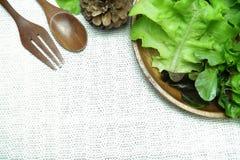 在木盘的沙拉在棉花白色背景 免版税库存照片