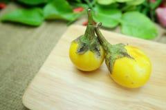 在木盘的泰国茄子 免版税库存图片