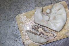 在木盘的裁减开放猪肉胃在混凝土 图库摄影