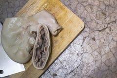 在木盘的裁减开放猪肉胃在混凝土 免版税库存图片