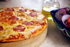 在木盛肉盘的薄饼有沙拉和橄榄pil的 免版税库存照片