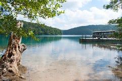 在木码头的一条小船在Kozjak湖 免版税库存照片