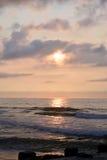 在木码头的天堂般的夏天日出在海滩 库存照片