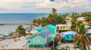 在木码头船坞和海景的鸟瞰图在Caye填缝隙工B 免版税图库摄影