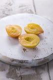在木砧板的桃子 免版税库存图片