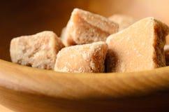 在木碗关闭的乳脂软糖片 免版税库存图片