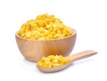 在木碗和匙子的甜玉米在白色 库存照片