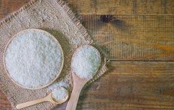 在木碗和匙子的白米 免版税库存照片