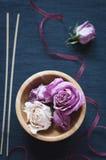 在木碗和芳香棍子的干玫瑰 免版税库存图片