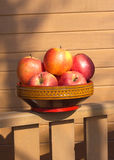 在木碗特写镜头的成熟红色和黄色苹果 库存图片