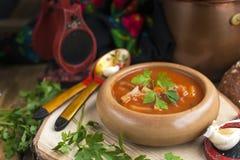在木碗的传统乌克兰甜菜汤罗宋汤有大蒜小圆面包pampushka的和烘干在土气木桌上的被治疗的猪肚 库存照片