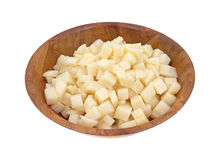 在木碗的切成小方块的土豆 免版税库存照片
