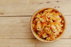在木碗的干虾在木桌上 免版税库存图片
