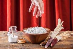 在木碗的新鲜的流行的玉米花有仁和棒子的在W 免版税库存照片