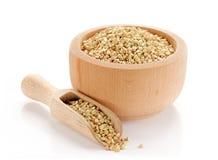 在木碗的有机绿色荞麦 免版税库存图片