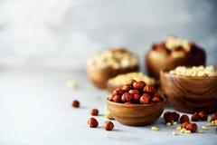 在木碗的榛子 食物混合背景,顶视图,拷贝空间,横幅 坚果的分类-腰果,榛子 图库摄影