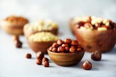 在木碗的榛子 食物混合背景,顶视图,拷贝空间,横幅 坚果的分类-腰果,榛子 免版税库存照片