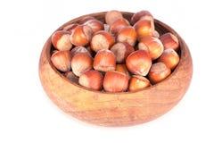 在木碗的榛子 免版税库存图片