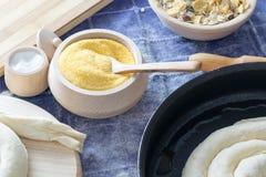 在木碗的玉米粉有木匙子的 库存照片