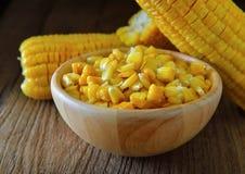 在木碗的玉米 免版税库存照片