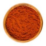 在木碗的甜椒红色辣椒粉粉末在白色 库存照片