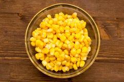 在木碗的甜玉米在上面 免版税库存图片