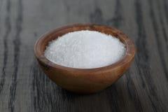 在木碗的白糖烹调或温泉的 库存图片