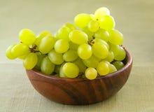 在木碗的白葡萄 库存图片