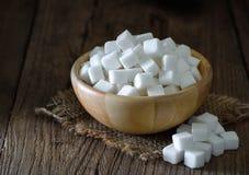 在木碗的糖立方体 免版税库存图片