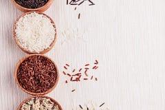 在木碗的红色,黑白米特写镜头在米黄织品 库存照片