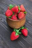 在木碗的草莓 库存照片