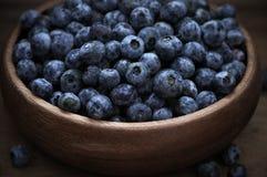 在木碗的蓝莓 库存图片