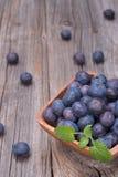 在木碗的蓝莓 免版税库存照片