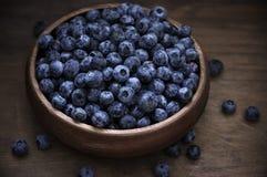 在木碗的蓝莓 免版税图库摄影