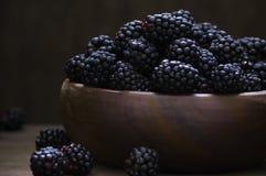 在木碗的黑莓 库存图片