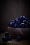 在木碗的黑莓 免版税库存照片