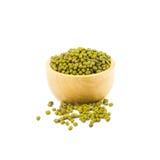 在木碗的绿豆在白色背景 免版税图库摄影
