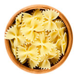 在木碗的Farfalle面团在白色 免版税库存照片