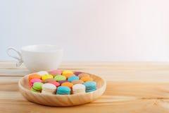 在木碗的macarons、咖啡和macarons colorfull 库存照片