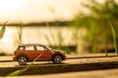 在木立场的红色汽车 库存照片