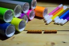 在木立方体的社会媒介与五颜六色的纸和笔,在木背景的概念启发 库存照片
