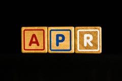 在木立方体的4月在黑背景 免版税库存照片