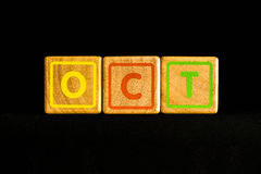 在木立方体的10月在黑背景 免版税库存照片