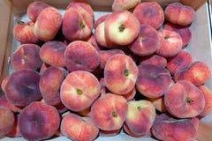 在木箱包装的成熟多福饼桃子待售 免版税库存照片