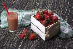 在木箱和汁液的草莓 免版税库存图片