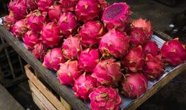 在木箱子照片显示的红色龙果子拍在茂物印度尼西亚 库存图片