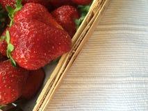 在木箱子的草莓 库存照片