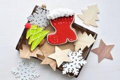 在木箱的圣诞节甜姜饼有雪花、星和毛皮树的 库存照片