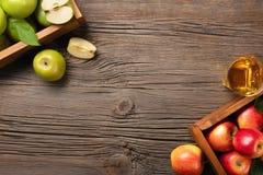 在木箱的成熟红色和绿色苹果在一张木桌上 图库摄影