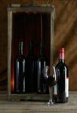 在木箱的红葡萄酒 库存图片